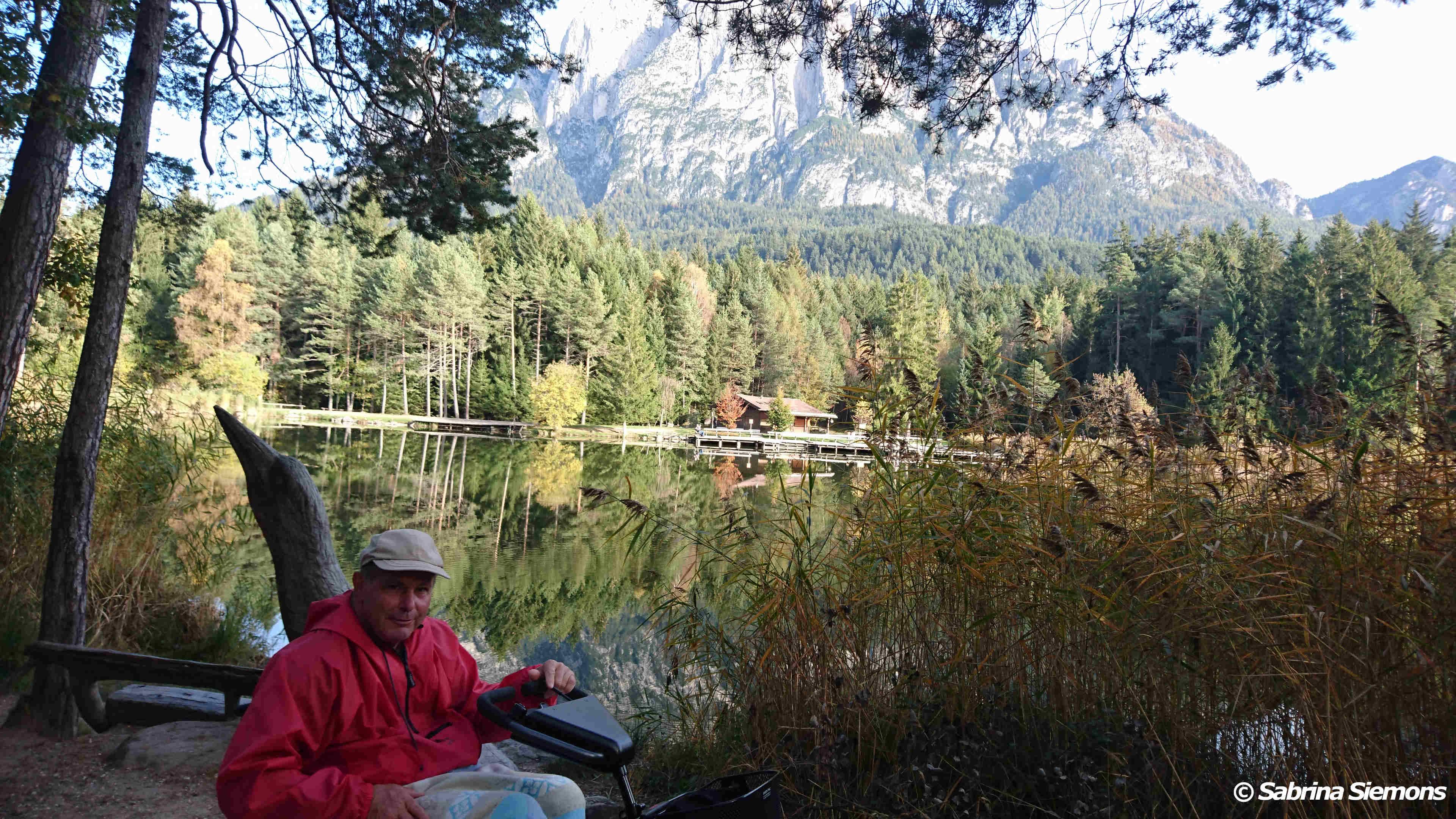 Wheelchair-Tours-Wheelchair-Völs-Pond-Autumn-View-Baumi