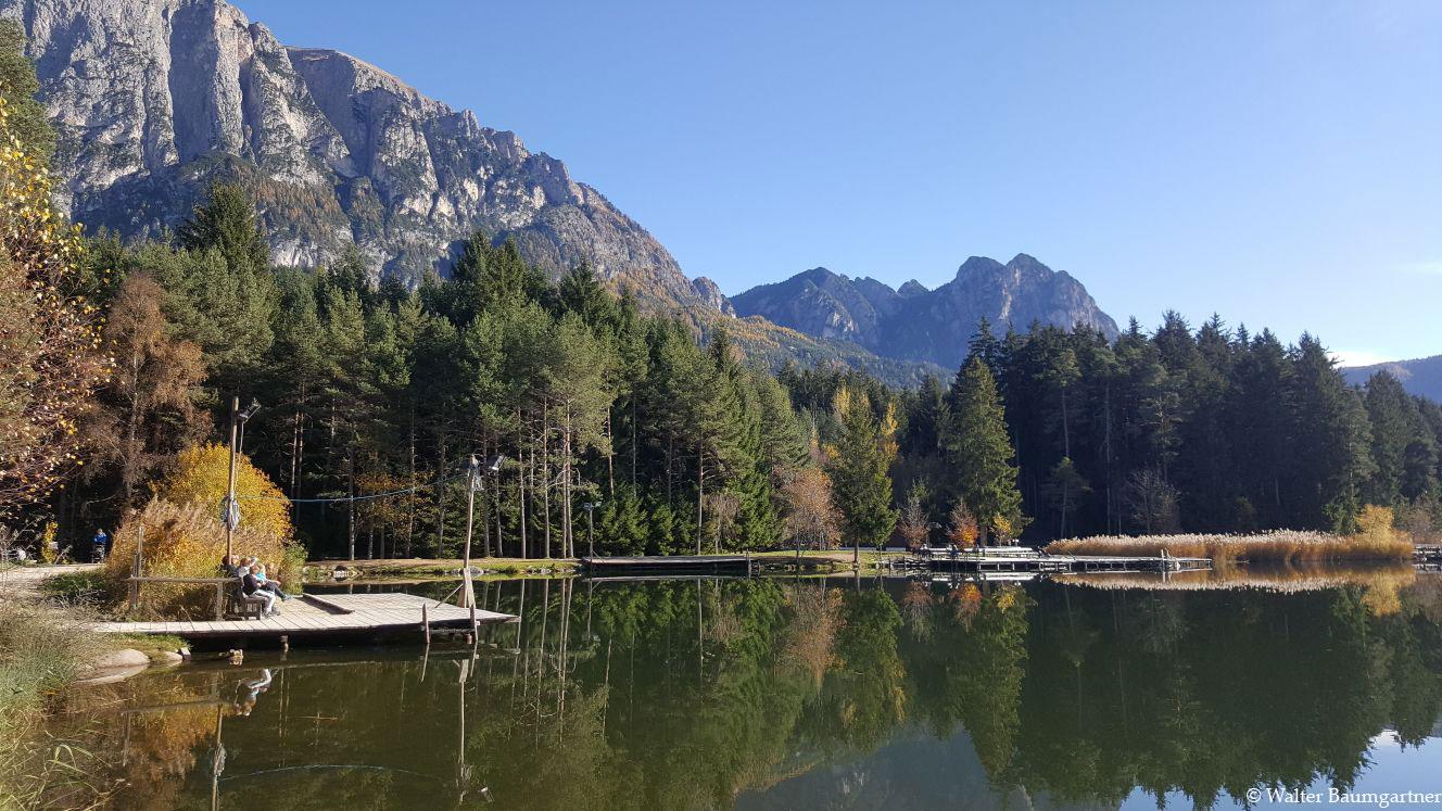 Wheelchair-Tours-Wheelchair-Völs-Pond-Autumn-View-Boat-Jetty.