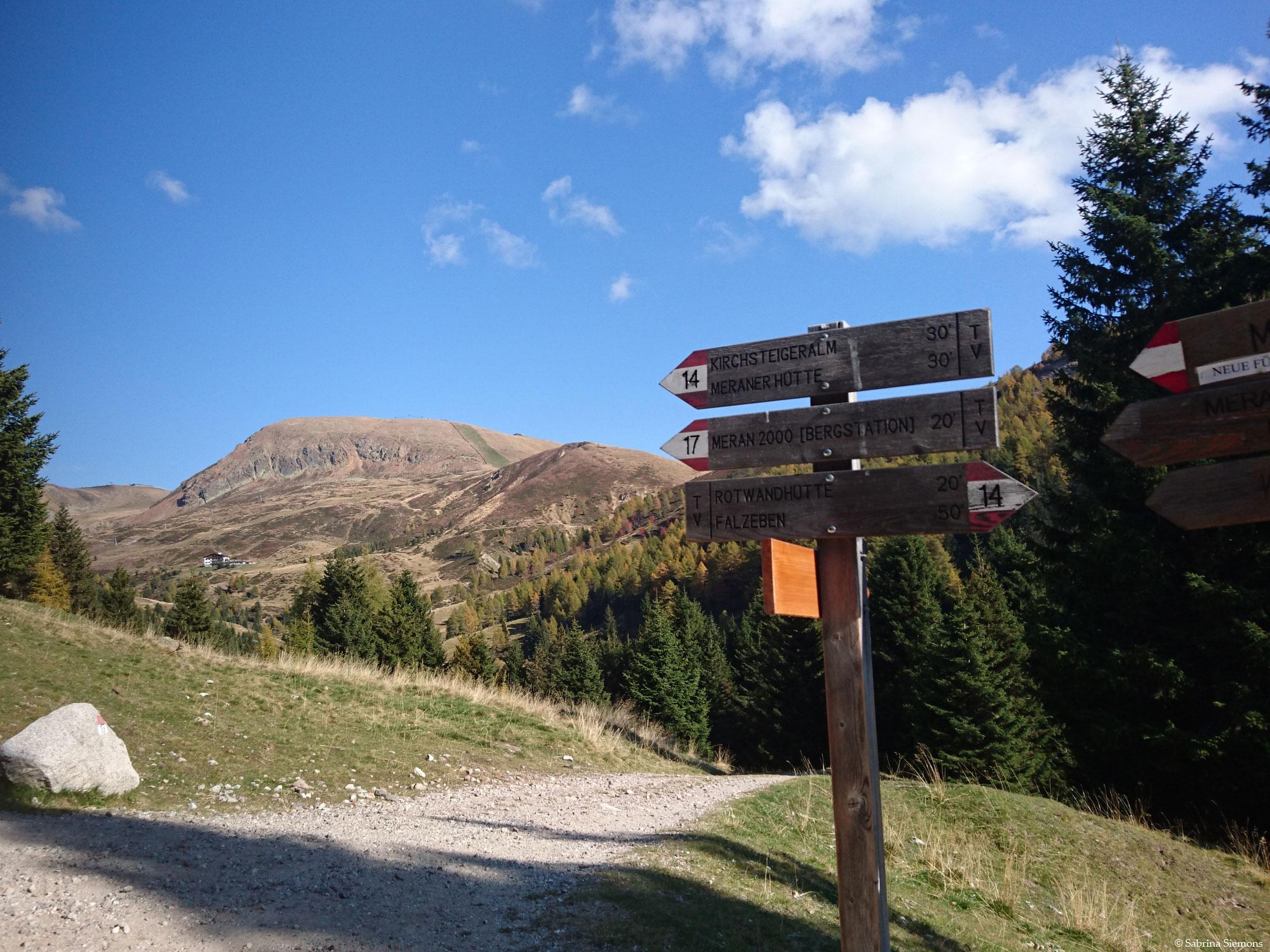 Tour in sedia a rotelle-Meraner-Huette-Wegweiser.