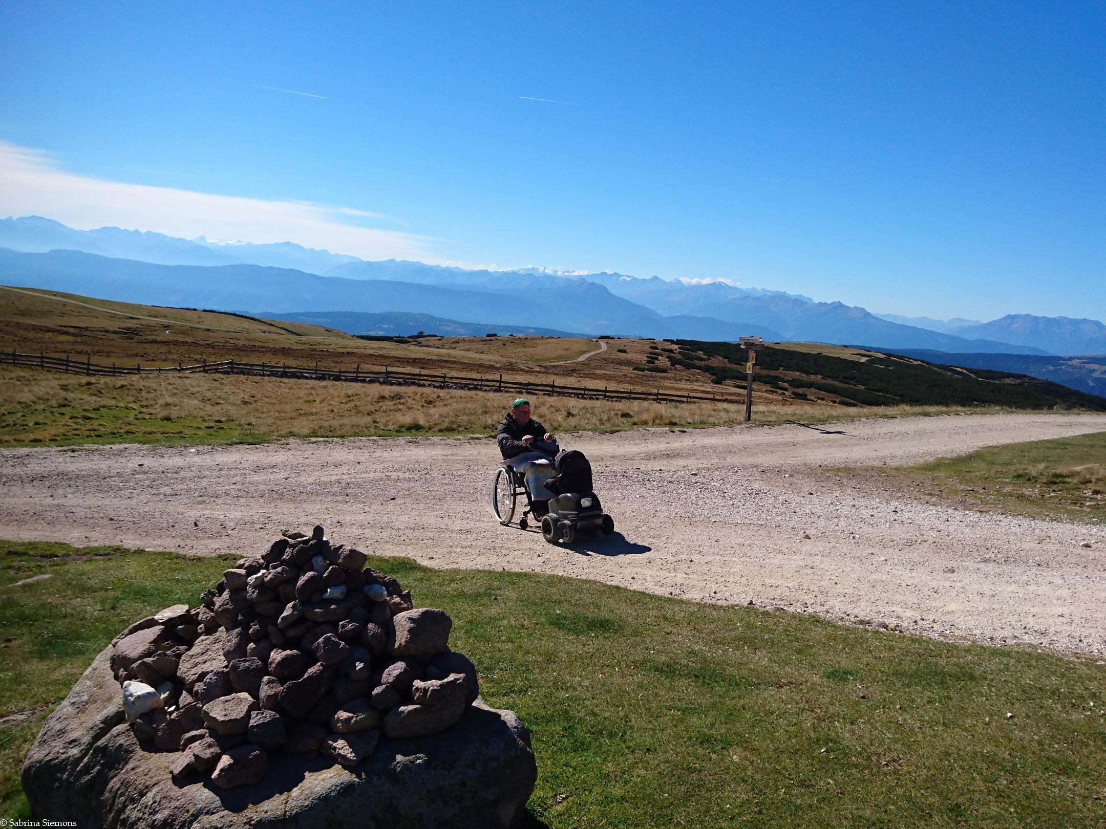 Wheelchair-Tours-Wheelchair-Rittner-Horn-Rueckblick-Wegweiser-with-Baumi-1