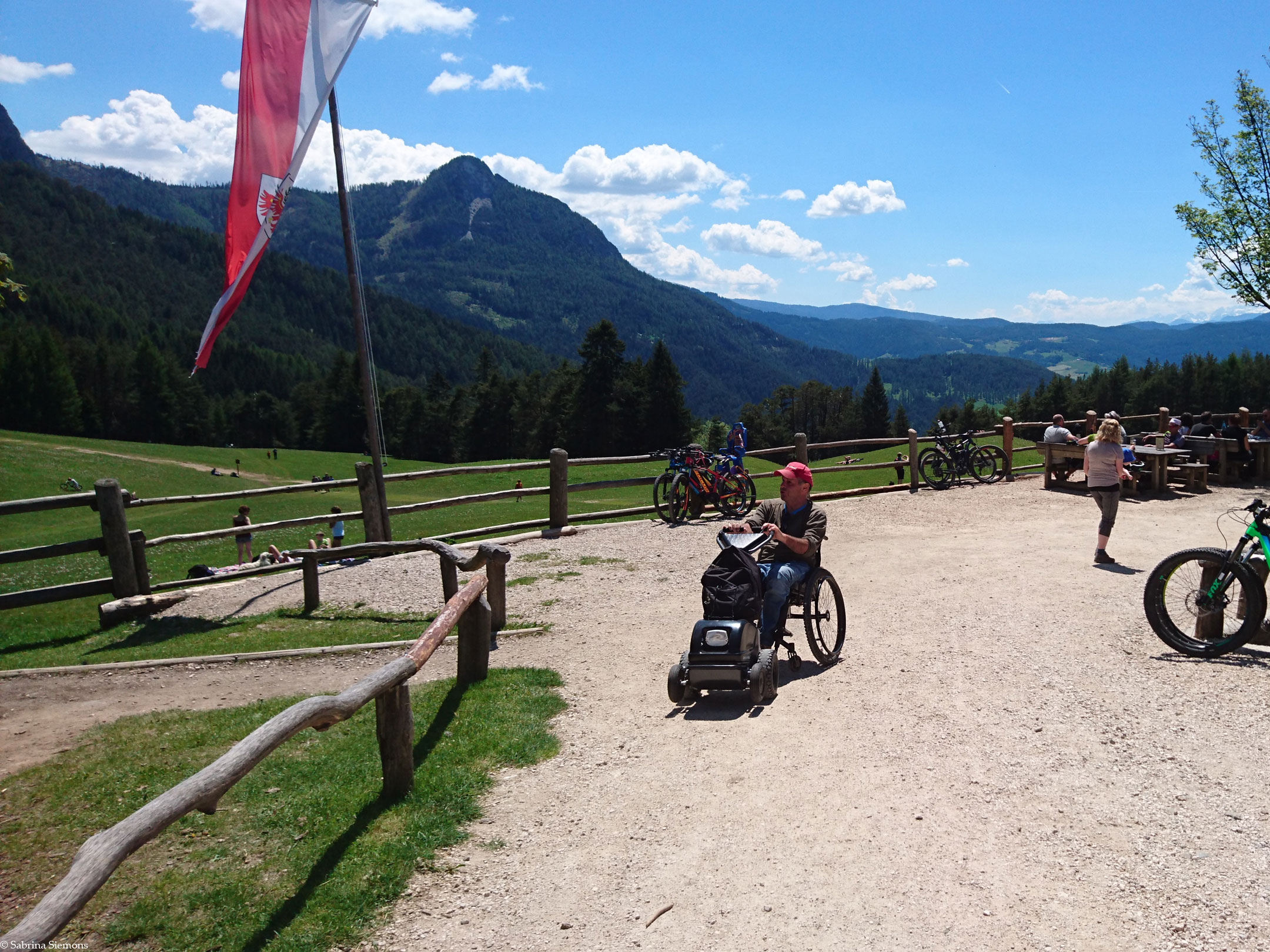Wheelchair-Tours-Wheelchair-Tuffalm-Entrance-from-the-Hiking-Trail-with-Baumi-1