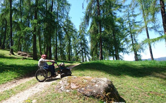 Wheelchair-Tours-Wheelchair-Eisacktal-Schnaggenkreuz-Weg-von-Proesels-zum-Schnaggenkreuz-kurze-Rast