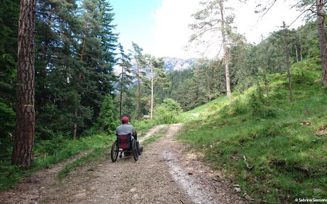 Tour in sedia a rotelle-Wheelchair-Eisacktal-Schoenblick-Schnaggenkreuz-Steigung-Weg-Ums-2-mit-Walter
