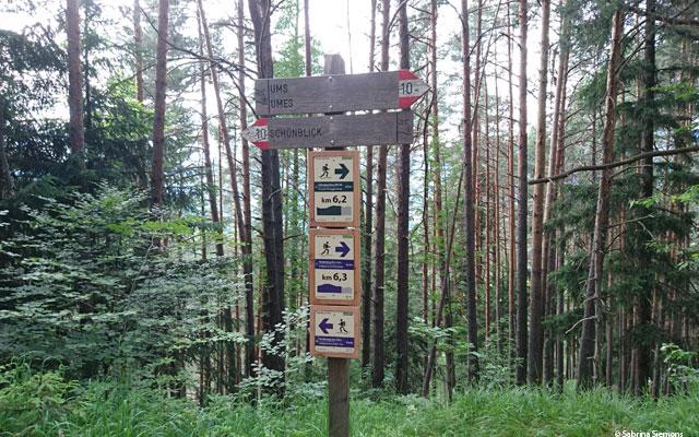 Wheelchair-Tours-Wheelchair-Eisacktal-Schoenblick-Schnaggenkreuz-Steigung-Weg-Ums-Wegweiser