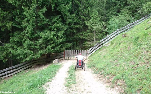 Wheelchair-Tours-Wheelchair-Eisacktal-Schoenblick-Schnaggenkreuz-Steigung-Weg-Ums-Zaeune