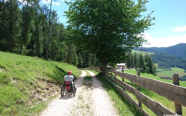 Wheelchair-Tours-Wheelchair-Eisacktal-Schoenblick-Schnaggenkreuz-Weg-Richtung-Voelser-Aicha