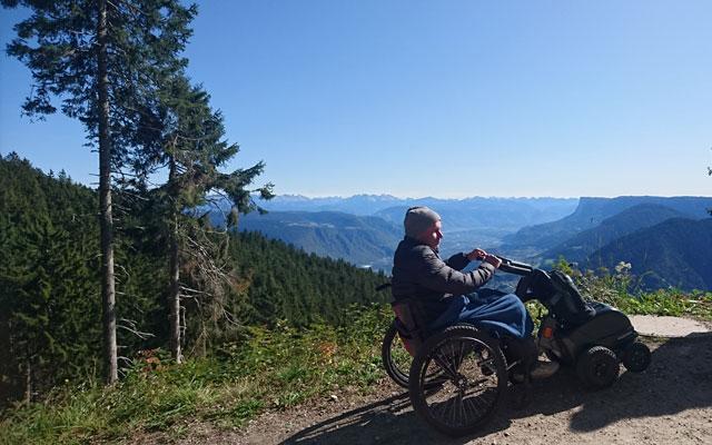 Wheelchair-Tours_Rollstuhl-Touren-Meran-Umgebung-Virgiljoch-Ausblick-Etschtal-und-Dolomiten-mit-Baumi
