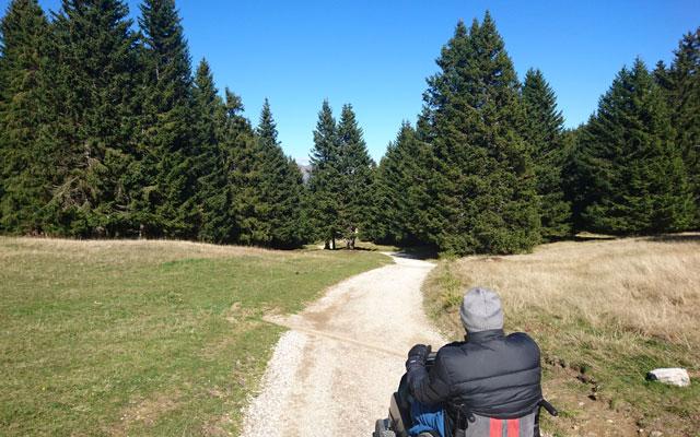 Wheelchair-Tours_Rollstuhl-Touren-Meran-Umgebung-Virgiljoch-Weg-nach-der-Kirche