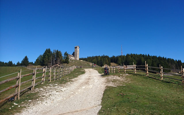 Wheelchair-Tours_Rollstuhl-Touren-Meran-Umgebung-Virgiljoch-Weg-zur-Kirche
