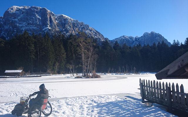 Wheelchair-Tours-Rollstuhl-Winterimpressionen-Swisstrac-Voelser-Weiher-Badesteg