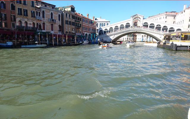 Blick vom Vaporetto auf die Rialto-Brücke