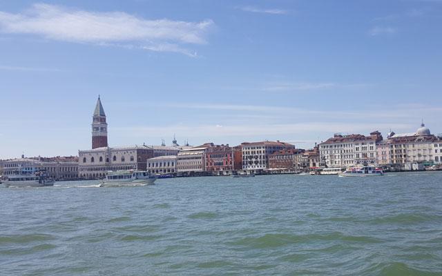 Wheelchair_tours_Rollstuhl_Wandern_Blog_Venedig_barrierefrei_Rueckfahrt_burano_Aussicht_auf_Hauptinsel