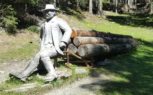 Wheelchair-Tours-Wheelchair-Pustertal-Muehlbachtal-Carvings-Woodman-with-Hitch