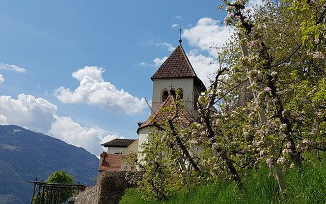 Kirche im Apfelhain