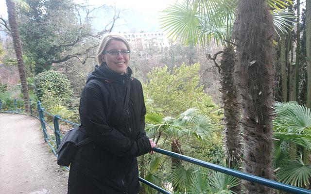 Sabrina vor Palmen am Tappeinerweg