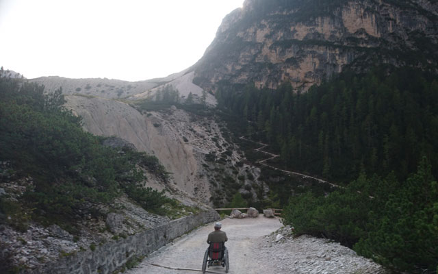 In the direction of the high plateau with a view of the steep track
