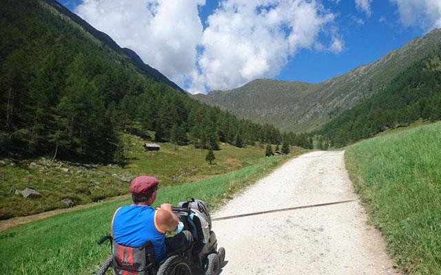 Il sentiero si snoda attraverso la valle