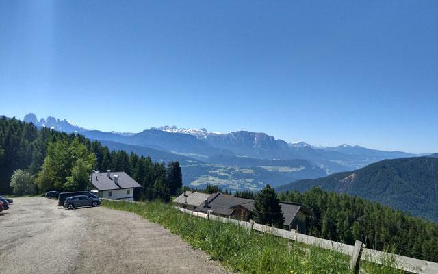 Zur Klausner Hütte: Parkplatz Kühhof mit Ausblick auf die Dolomiten